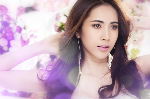 Năm qua, Thủy Tiên có nhiều niềm vui. Album Em đã quên của cô được khán giả đón nhận nồng nhiệt. MV cùng tên và MV Muộn màng đạt con số kỷ lục về lượt xem trên các trang mạng.