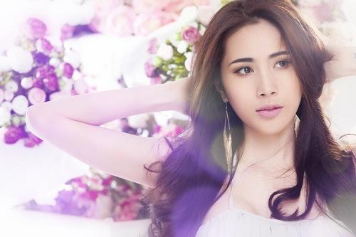 Thủy Tiên cũng vừa được xướng tên trong Top 10 nhạc sĩ được yêu thích nhất trong giải thưởng Làn Sóng Xanh năm 2011, bên cạnh nhiều tên tuổi quen thuộc khác trong lĩnh vực sáng tác.