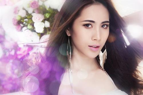 Thủy Tiên vừa ký 3 hợp đồng quảng cáo và đại diện sản phẩm. Sắp tới, cô cũng sẽ xuất hiện trong các clip quảng cáo phát sóng trên truyền hình cả nước, với vai trò người mẫu quảng cáo, đại diện thương hiệu cho hai sản phẩm.