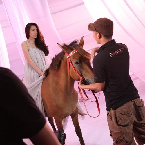 Lần đầu tiên cưỡi ngựa, Thủy Tiên tỏ ra vô cùng lo lắng. Các anh em trong đoàn làm phim phải cố gắng thuyết phục, cô mới cảm thấy yên tâm. May mắn là trong suốt quá trình quay, chú ngựa khá ngoan ngoãn và hiền lành.