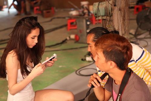 Trong MV này, Thủy Tiên không quay theo lối kể chuyện thông thường, mà chú ý về diễn xuất cũng như tập trung tối đa vào việc khai thác vóc dáng gợi cảm, quyến rũ sẵn có.