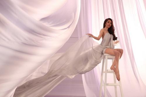 Album nhạc dance Vẫn mãi yêu anh của Thủy Tiên gồm có 6 ca khúc mới với nội dung lạc quan, yêu đời và sự mạnh mẽ vượt qua mọi trắc trở trong cuộc sống của một cô gái trẻ tự tin vào bản thân, sẽ phát hành vào ngày 19/12 tới.