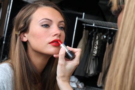 Son môi đỏ, điểm nhấn quyến rũ cho gương mặt.