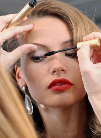 Vẻ đẹp hoàn hảo, quyến rũ với các bước trang điểm của Elizabeth Arden.