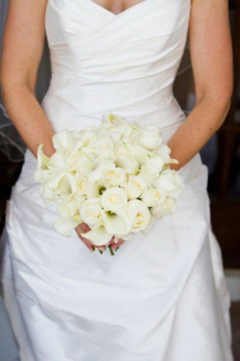 Bó hoa cưới màu trắng sẽ khiến cô dâu nổi bật trong đám cưới toàn màu hồng và ghi xám.