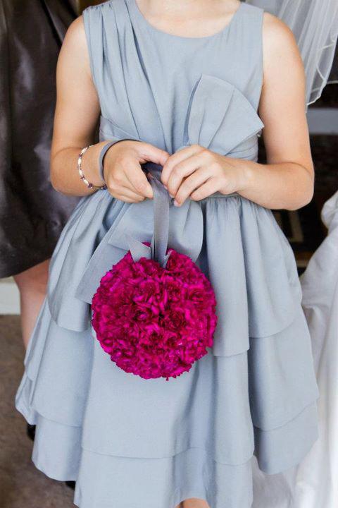 Những cô phù dâu xinh xắn có thể chọn váy phù dâu màu ghi và cầm quả cầu hoa màu hồng đậm.