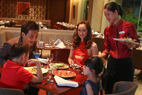 Bữa ăn vui vẻ đầm ấm bên gia đình.