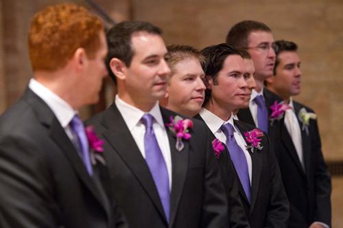 Hoa cài áo của chú rể và phù rể cũng có màu hồng và ghi.