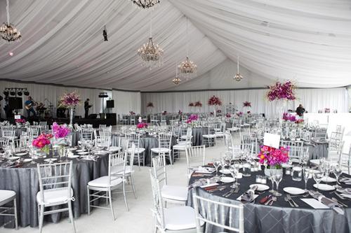 Những chiếc khăn trải bàn màu ghi xám thường gây ra cảm giác lạnh lẽo nhưng khi có bình hoa hồng đậm, cả bàn tiệc sẽ trở nên sáng lên.
