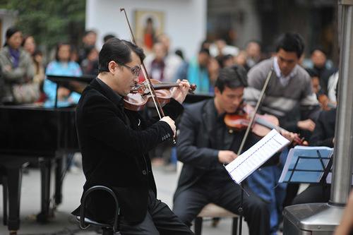 Trong chương trình, nghệ sĩ violin Xuân Huy, anh trai của Nữ hoàng dance sport Khánh Thi đã chơi rất nhiều bản nhạc Giáng sinh.
