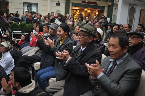 Khán giả đủ mọi lứa tuổi đứng, ngồi lắng nghe giao hưởng.