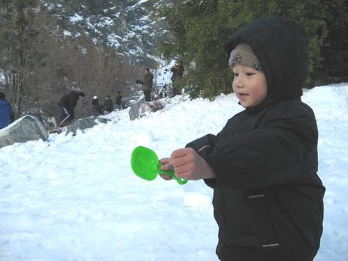 23 tháng tuổi, bé được gia đình cho đi trượt tuyết. Cậu bé tỏ ra thích