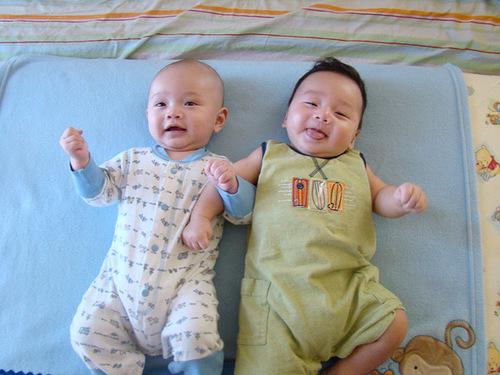 3 tháng tuổi, bé Nam (phải) đã rất hiếu động.