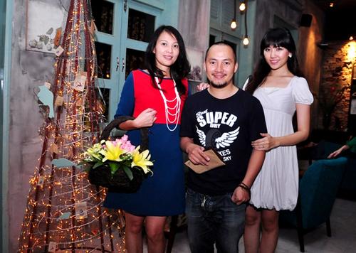 Tiến Đạt và bạn gái cũng đến chúc mừng người đẹp.