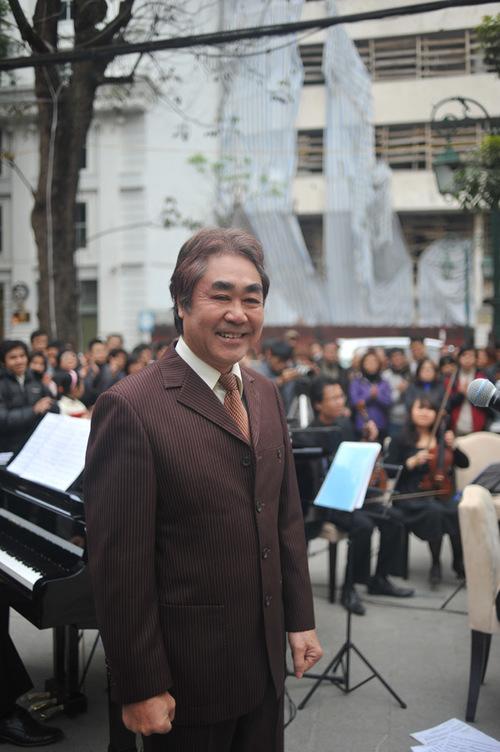 Sau phần trình diễn, Quang Thọ chia sẻ rằng, bình thường ông chỉ biểu diễn trên sân khấu, nhưng hôm nay, khi được cất giọng giữa đường phố Hà Nội, ông có cảm xúc rất khác lạ.