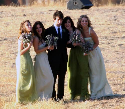 Rachel Bilson không chỉ làm phù dâu xinh đẹp mà cô còn tự tay thiết kế những chiếc váy chiffon đáng yêu cho các phù dâu. Mỗi chiếc váy đều có kiểu dáng và màu sắc rất riêng, nhẹ nhàng và thanh thoát.