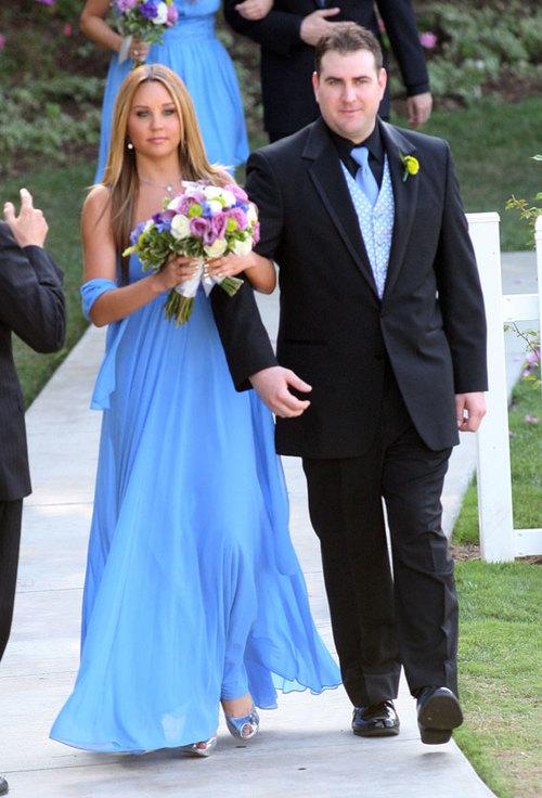 Cô phù dâu xinh đẹp Amanda Bynes diện chiếc váy chiffon màu xanh nhạt trong đám cưới của chị gái mình tại Simi Valley.
