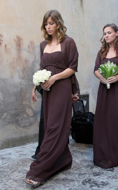 Mỹ nhân Jessica Biel làm phù dâu cho bạn diễn tại Italy. Cô diện váy màu chocolate của Vineyard Collection.