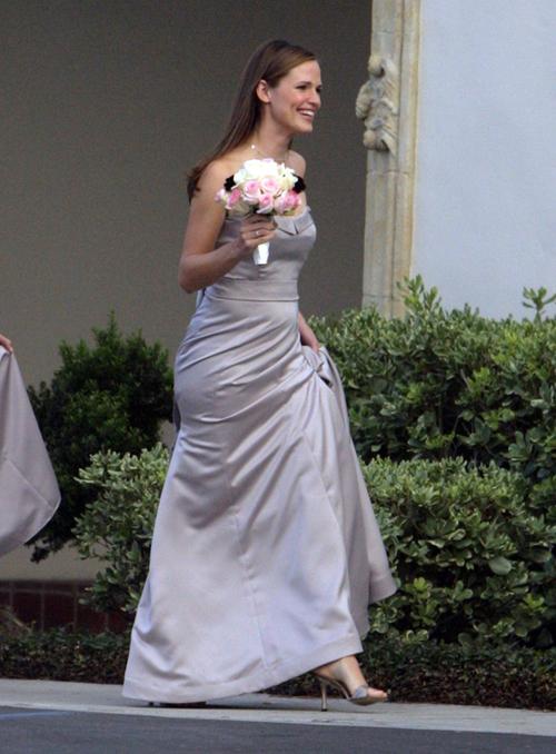 Jennifer Garner làm phù dâu trong đám cưới của nhà sản xuất Julianna Janes tại câu lạc bộ Montecito Country, gần Santa Barbara. Người đẹp phim 'Bí danh' diện váy màu