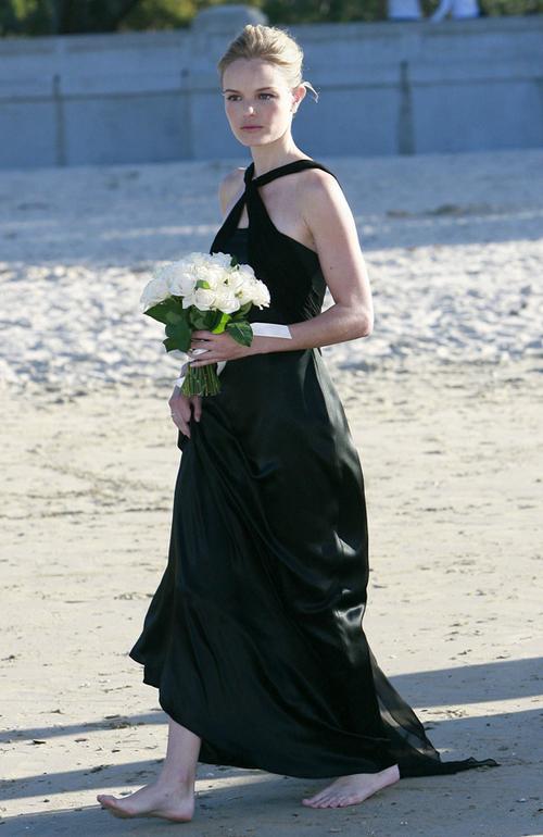 Diễn viên Kate Bosworth mặc váy chéo vai của Lisa Ho khi làm phù dâu trong đám cưới của bạn ở Australia.