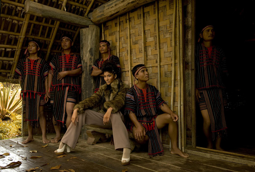 """Hoàng Thùy với cách tạo dáng khá """"nam tính"""". Các thí sinh Vietnam's Next Top Model cùng diện những trang phục nằm trong bộ sưu tập Thu Đông của nhà thiết kế Đỗ Mạnh Cường."""