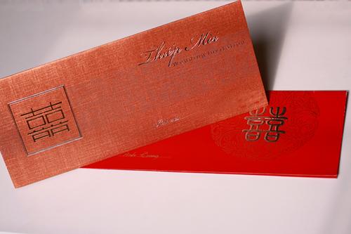 Thiệp mời có nhiều màu, từ đỏ, hồng, cam, đồng, trắng...