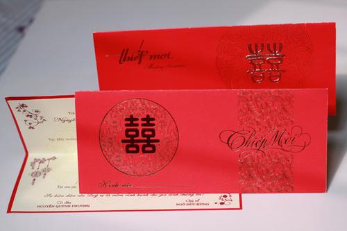 Thiệp truyền thống thường có hai lớp, mặt ngoài in chữ 'Hỷ', mặt trong in nội dung, địa chỉ, địa điểm đám cưới. Giá thành cho mỗi chiếc thiệp này từ 2.800 đồng tới 3.000 đồng.