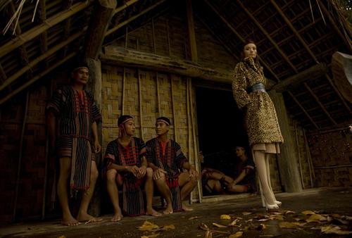 Lê Thúy gây ấn tượng với các chàng trai người dân tộc M'Nông bằng chiều cao nổi trội. Cô xuất hiện đầy quý phái trong bộ trang phục in họa tiết da báo với chất liệu lông nhân tạo của Đỗ Mạnh Cường.