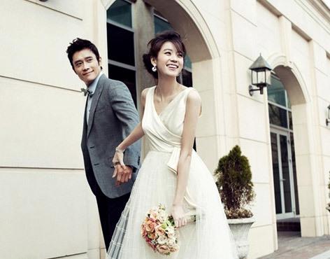 Lee Byung Hun và Han Hyo Joo tay trong tay trong những shot hình mới. Ảnh: Instyle.