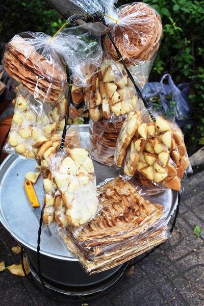 Chuối lát nướng bán chung với nhiều loại quà vặt.