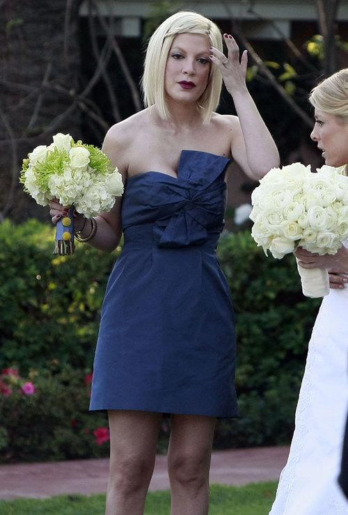 Tori Spelling diện váy lụa hiệu J. Crew trong đám cưới bạn tại khách sạn Beverly Hills.