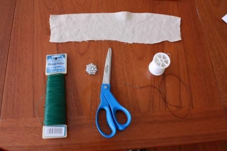 Chuẩn bị: Một miếng vải nhỏ có chất liệu và màu sắc giống với váy cưới. Nếu bạn chọn may váy cưới, có thể lấy một mảnh nhỏ từ loại vải dùng để may váy. Nếu không, bạn có thể tìm bất cứ mảnh vải nào mình thích, miễn là bản thân bạn thấy nó có thể dùng để kết hợp với váy cưới.