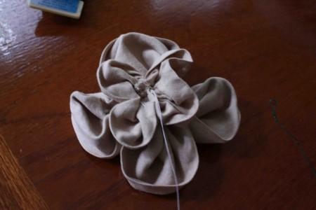 Đây là hình ảnh nhìn từ phía sau của bông hoa, nhìn hơi lộn xộn một chút, điều này không có gì đáng bận tâm cả. Mặt trước của bông hoa nhìn sẽ đẹp hơn. Sử dụng cùng một chất liệu vải, cùng một cách làm, bạn làm một bông nữa có kích thước nhỏ hơn để gắn vào giữa bông hoa lớn.