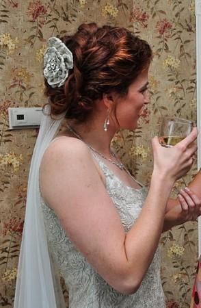 Bạn có thể khâu chiếc lược nhỏ vào bông hoa để dễ dàng cài lên tóc, hoặc cô dâu có thể gắn bông hoa trực tiếp vào khăn voan.