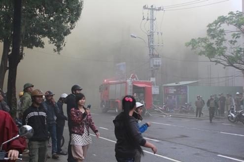Ban đầu, khói từ trong tòa nhà phủ khắp đoạn đường Đống Đa và các khu dân cư xung quanh, hàng trăm người dân phải sơ tán ra ngoài.