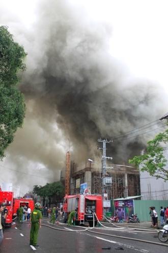 Cột khói lúc 13h nhìn từ đường Đống Đa.