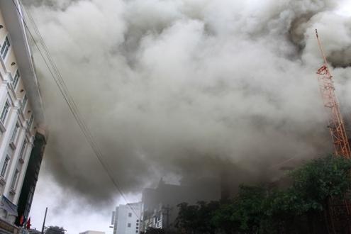 Ngọn khói lan sang khách sạn đối diện.