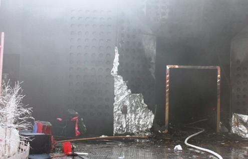 Lối vào của vũ trường cháy rụi còn trơ khung.