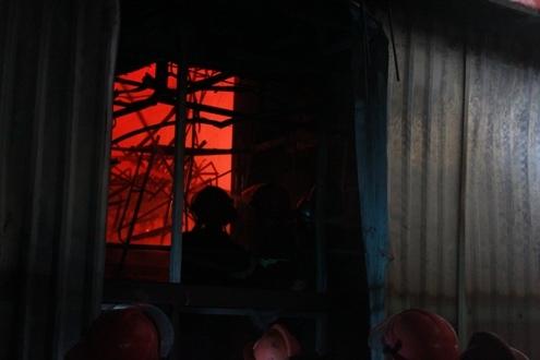 Trong khi đó ngọn lửa đỏ hực vẫn bốc cháy dữ dội phía tầng hầm của tòa nhà, nơi được cho là điểm xuất phát của ngọn lửa.