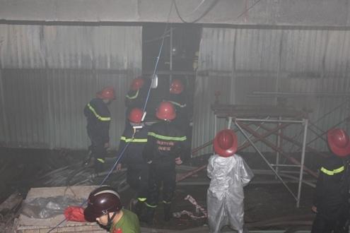 Do tầng hầm đang xây dựng dở nên gây khó khăn cho lực lượng PCCC khi tiếp cận ngọn lửa.