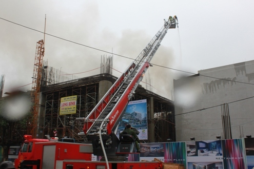 Công an TP Đà Nẵng phải điều động 12 xe cứu hỏa, 4 xe chuyên dụng và một xe thang dội nước từ trên xuống. Đến 15 giờ đám cháy mới được khống chế hoàn toàn.