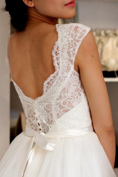 Phần lưng váy khoét rộng sẽ khiến bạn trông quyến rũ và đẹp hơn.