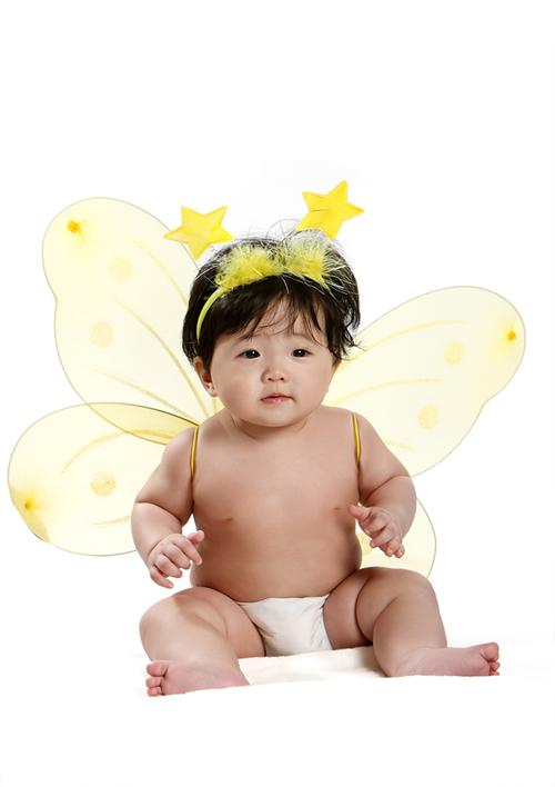 Cô con gái 6 tháng tuổi của Thúy Nga được đeo đôi cánh thiên thần đáng yêu khi làm mẫu ảnh.