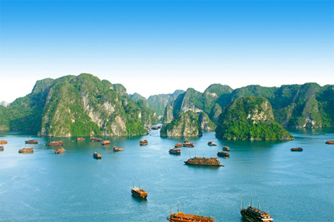 Hạ Long có những ngọn núi trên biển độc đáo. Ảnh: Halongbay.