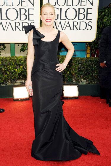 Piper Perabo trong một màu đen Oscar de la Renta áo choàng satin là hình dạng và phù hợp với đi bộ thảm họa. Đó là chiếc váy cứng trông một kích thước quá lớn đối với cô.
