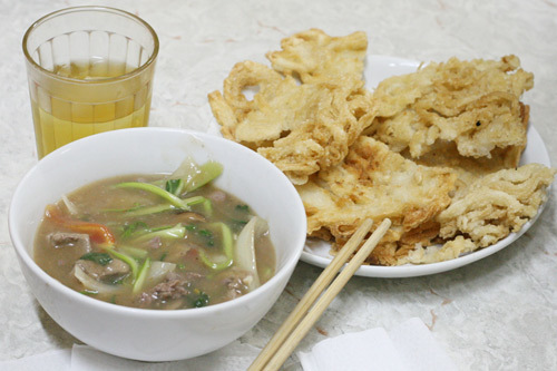 Phở rán sốt thịt bò ở Khâm Thiên.