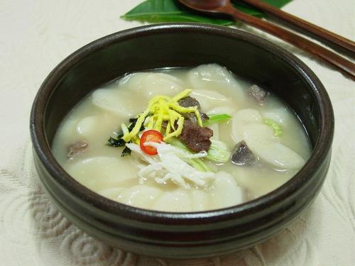 Canh Tteokguk với những chiếc bánh nhỏ hình trắng, nước dùng từ xương bò hầm.