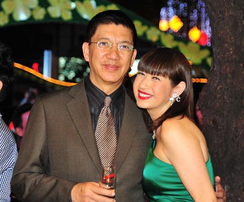 Ý Lan và chồng xuất hiện tươi tắn trong buổi tiệc cuối năm do Trung tâm Phố Xinh tổ chức tại TP HCM.