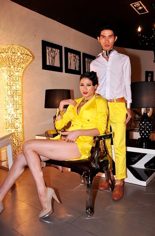 Người mẫu Trang Trần đồng hành cùng chuyên gia trang điểm - cũng là người thực hiện trang phục riêng cho cô