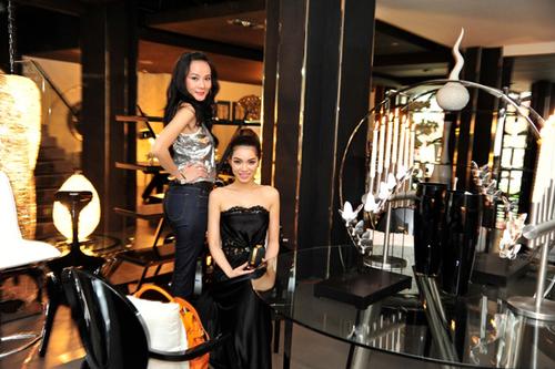 Hai người đẹp Dương Yến Ngọc và Quách An An khoe sắc giữa không gian nội thất sang trọng.